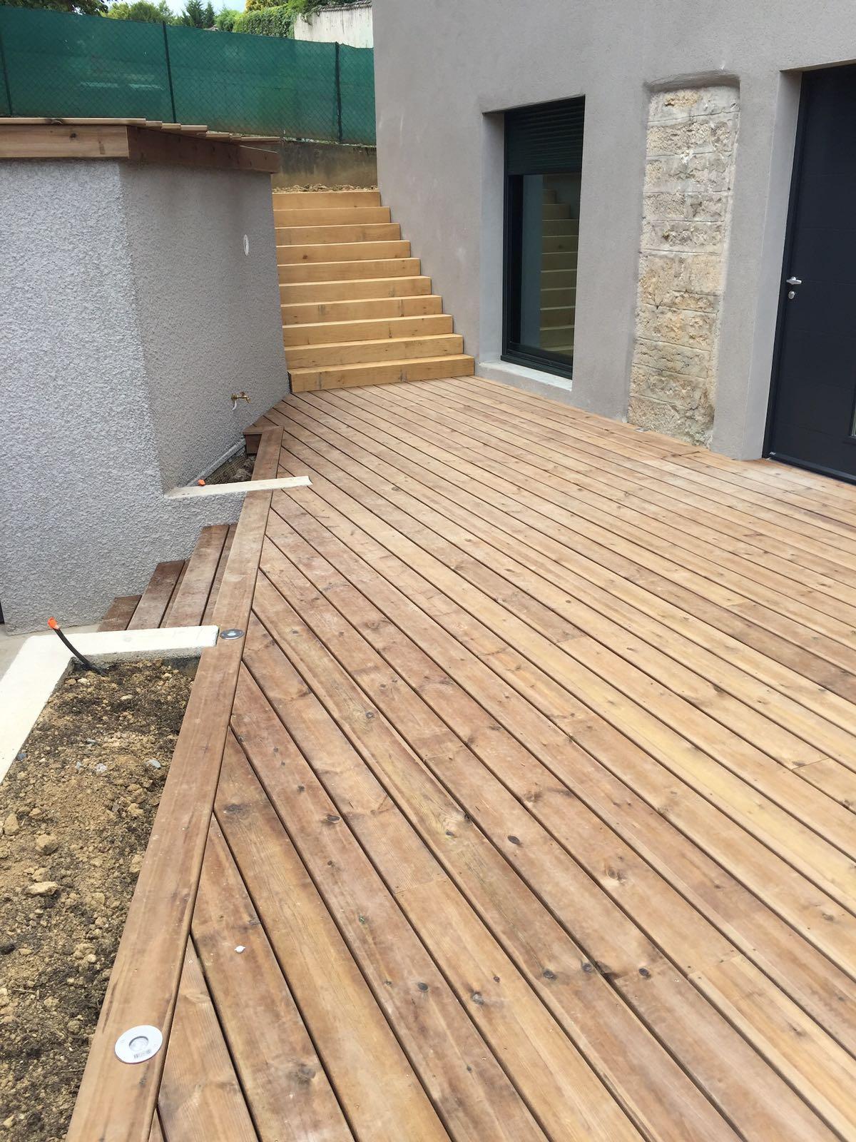 Terrasses bois à proximité de Belmont de la Loire