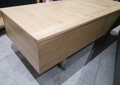 table basse sur mesure en chêne massif avec 2 tiroirs et coffre sur le dessus. Sur roulettes. Pour un appartement sur Lyon